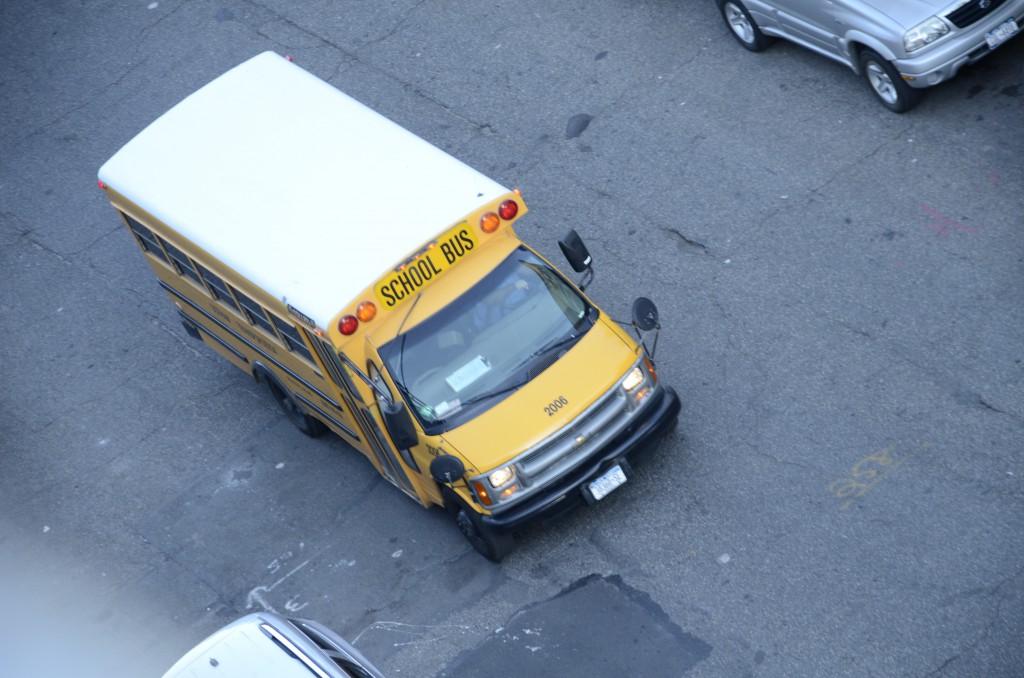 Die Kinder werden in die Schule gebracht...