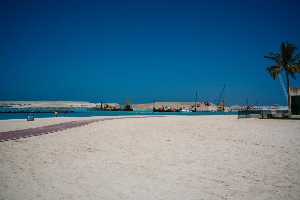 Zu meiner Rechten: Strand-Baustelle.