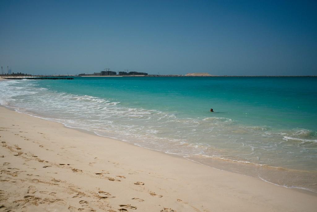 Zu meiner Linken: angenehm leerer Strand.