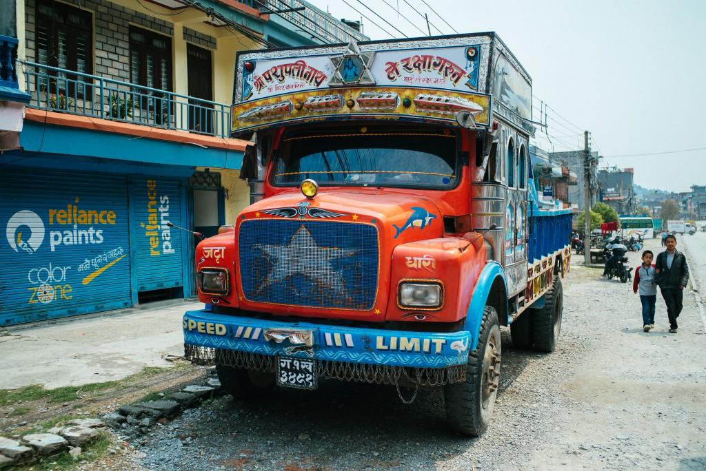 """Klassischer Nepali-Truck. Neben den Klassikern """"Speed Limit"""" und """"Road King"""" sind auch sehr Sprüche wie """"I miss you"""" oder """"I can not forget you"""" beliebt. Mein persönlicher Favorit ist aber immer noch """"Buddha was burn in Nepal""""."""